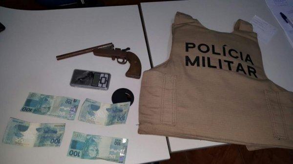 Casal detido por uso de moeda falsa e porte ilegal de for Uso e porte de arma