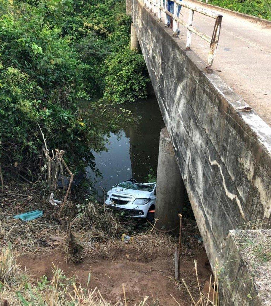 Mulher morreu após carro cair de ponte no rio Taquari em Araguatins