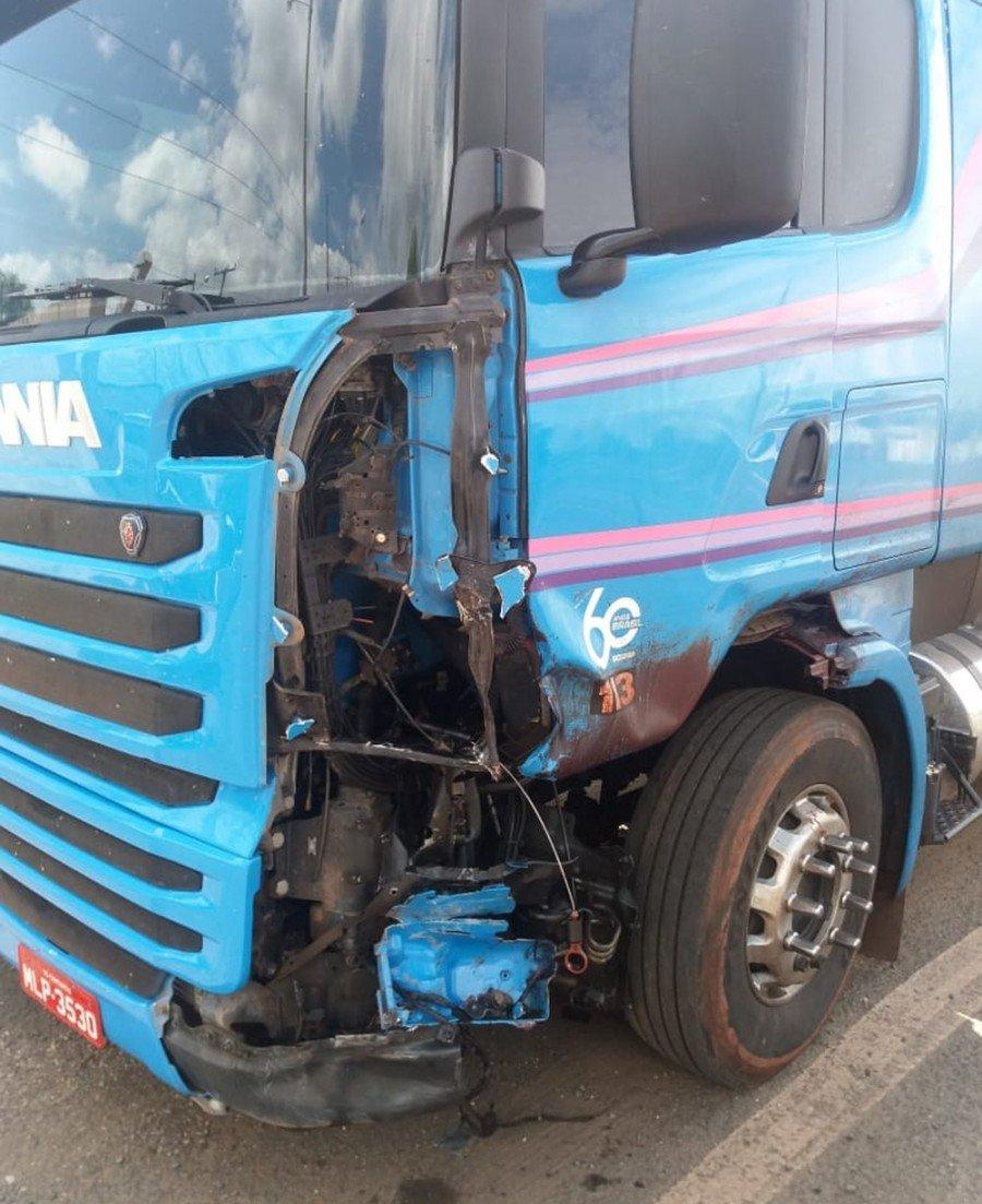 Motocilista teve colisão frontal com carreta e morreu no local (Foto: Divulgação/PRF)