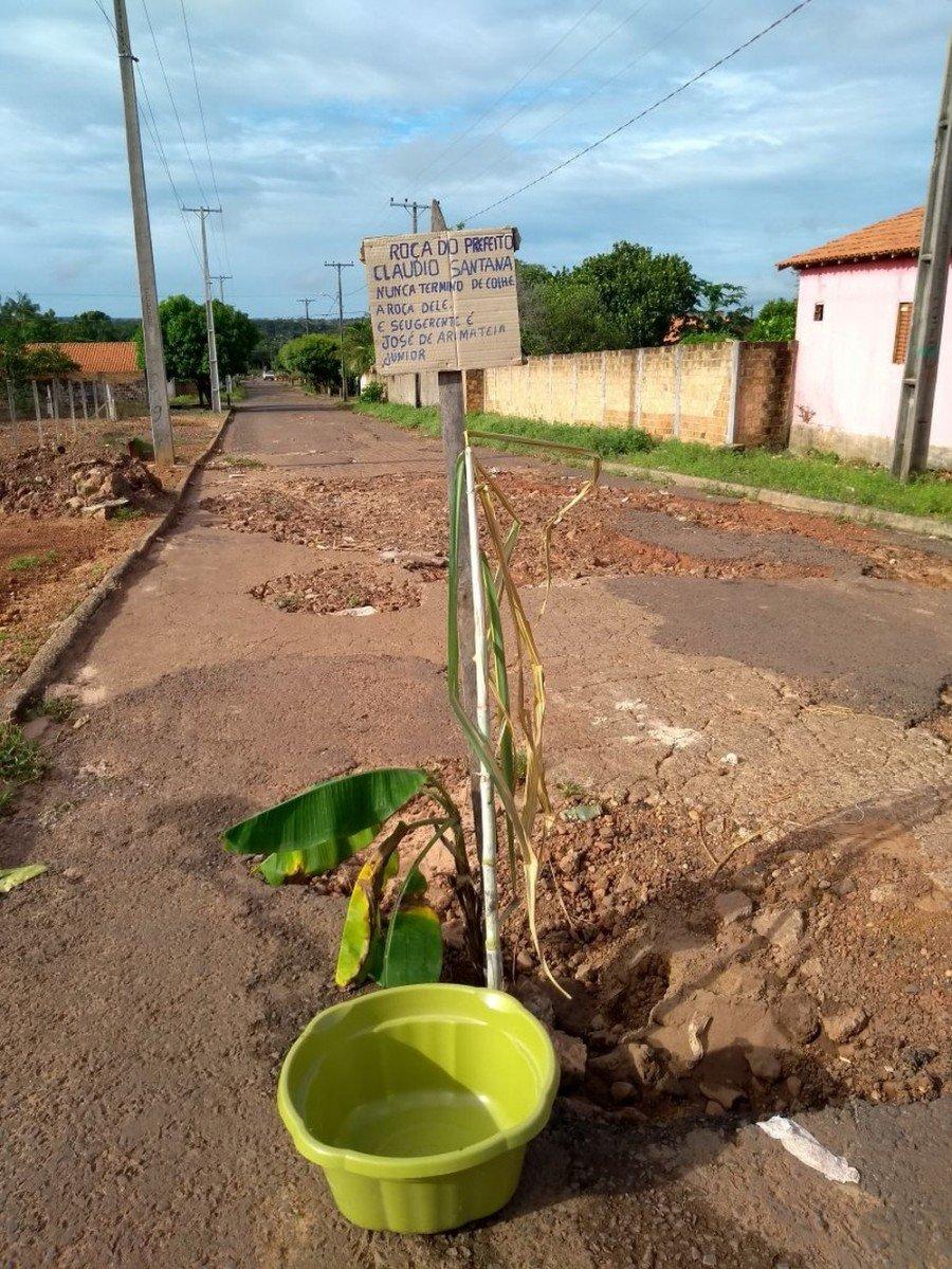 Recado para prefeito foi deixado em um buraco da Rua 9 (Foto: Divulgação)
