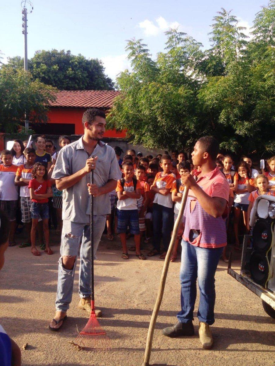 A equipe da Escola Dr. Ulisses Guimarães, em Esperantina, realizou várias apresentações durante a caminhada