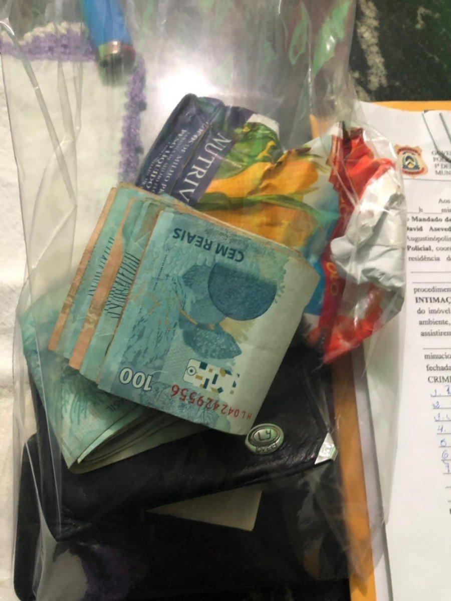 Na medida judicial foram localizados, em uma das residências de um dos vereadores a equipe policial encontrou uma porção de maconha e cerca de R$ 4 mil em espécie