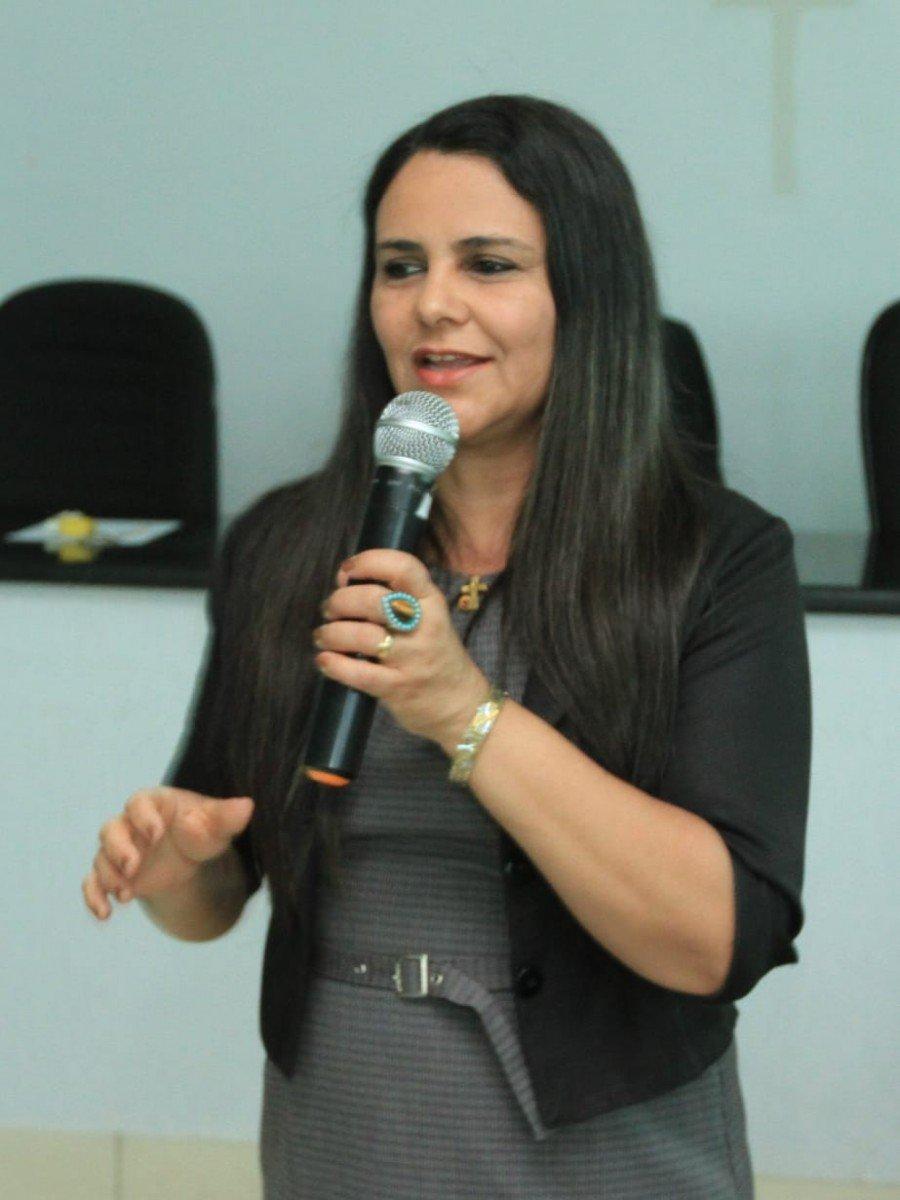 Hélia Pacheco, gerente de resíduos sólidos e apoio aos municípios da Semarh apresenta proposta de trabalho