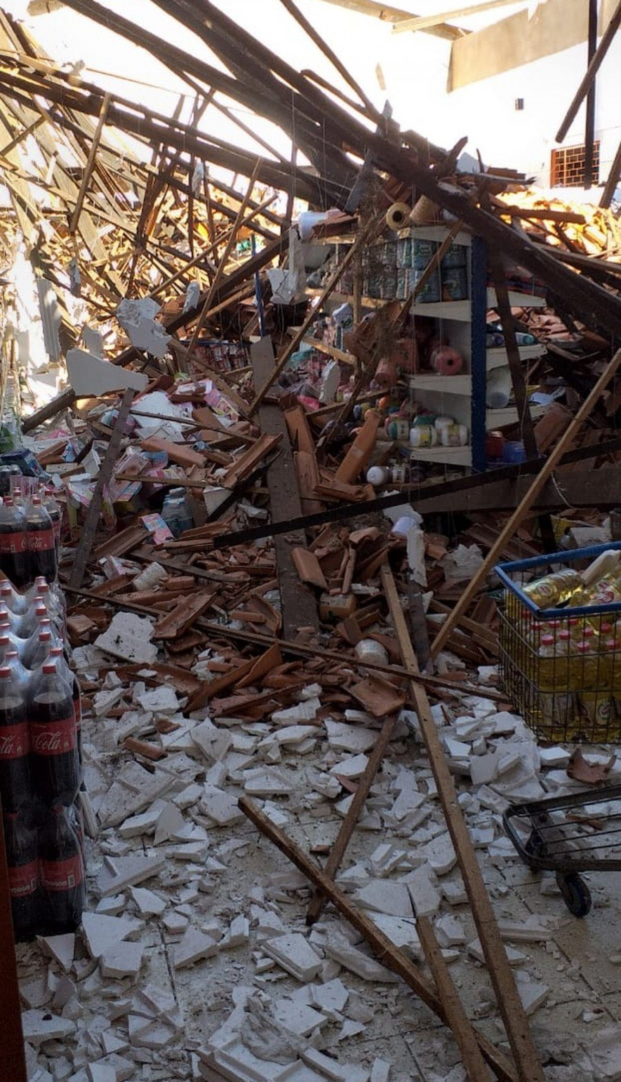 Todo o telhado do supermercado desabou