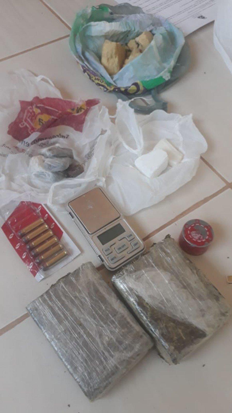 Tabletes de cocaína, balança de precisão, porções de maconha e de crack encontradas no interior do imóvel do suspeito
