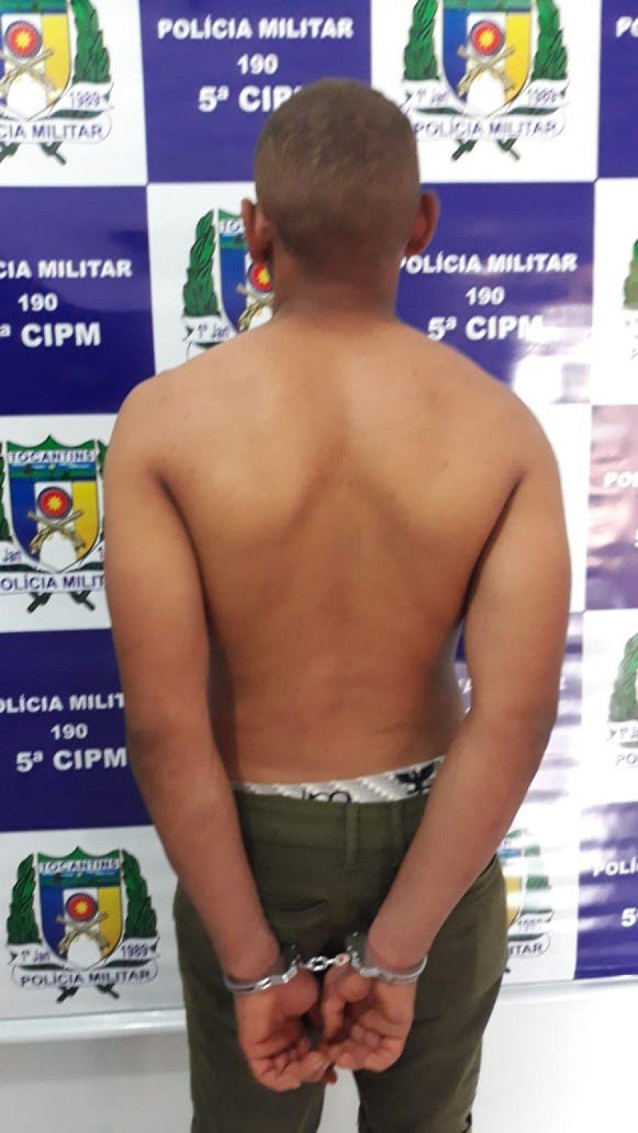 Homem armado com uma faca foi preso pela Polícia Militar por roubar duas residências em Ananás (Foto: Ascom/5ª CIPM)