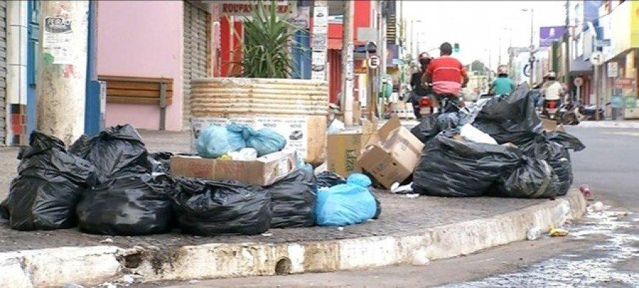 Sem coleta, sacos de lixo se amontoam em ruas de Araguaína