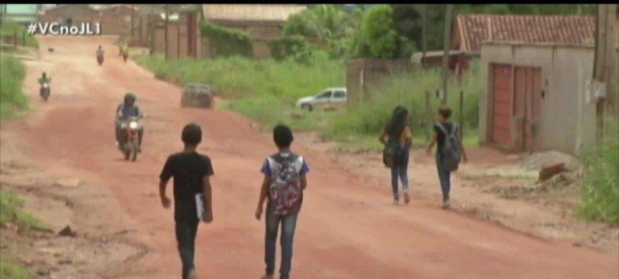 Em Redenção-PA, estudantes percorrem vários quilômetros a pé para chegar às escolas (Foto: Reprodução Jornal Liberal)