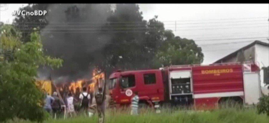 Um incêndio destruiu parte de uma oficina no centro de Parauapebas-PA
