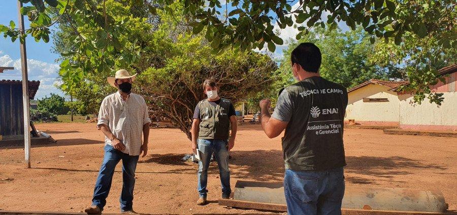 Técnico do Senar conversando com o pecuarista (Foto: Divulgação)