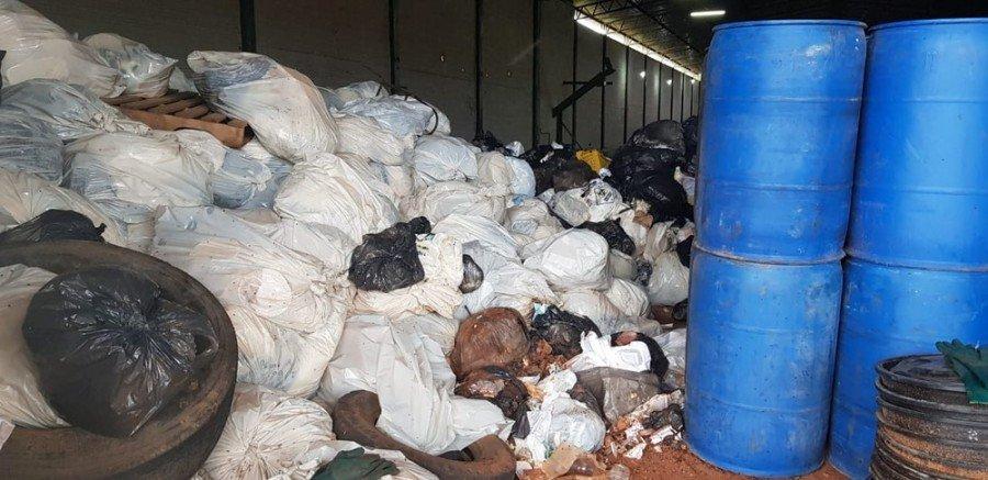 Empresas do deputado Olyntho Neto e do pai dele foram ligadas ao lixo hospitalar encontrado no galpão