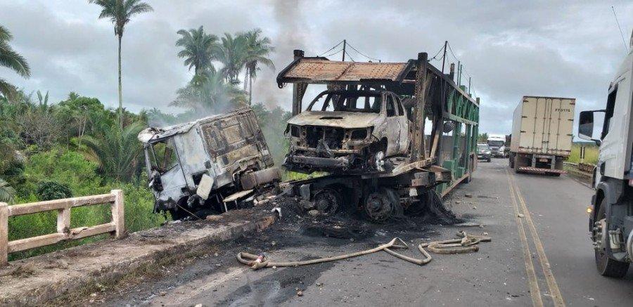 Cabine do caminhão e automóvel que estava sendo transportado foram destruídos pelas chamas (Foto: Divulgação/Polícia Rodoviária Federal)
