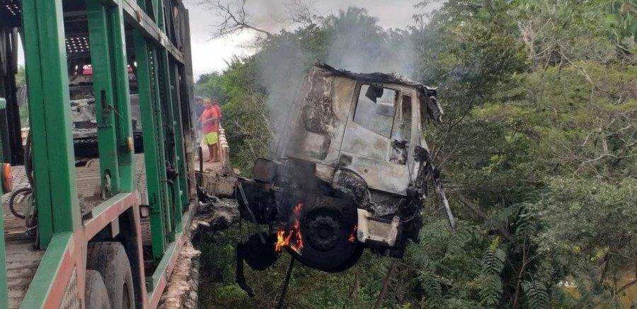 Caminhão cegonha ficou pendurado em cima da ponte do posto fiscal do Km 17, município de Codó-MA (Foto: Divulgação/Polícia Rodoviária Federal)