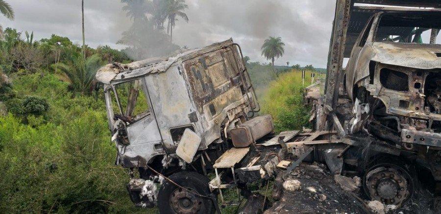 Caminhão cegonha se chocou contra mureta de proteção da ponte do posto fiscal do Km 17, município de Codó-MA (Foto: Divulgação/Polícia Rodoviária Federal)
