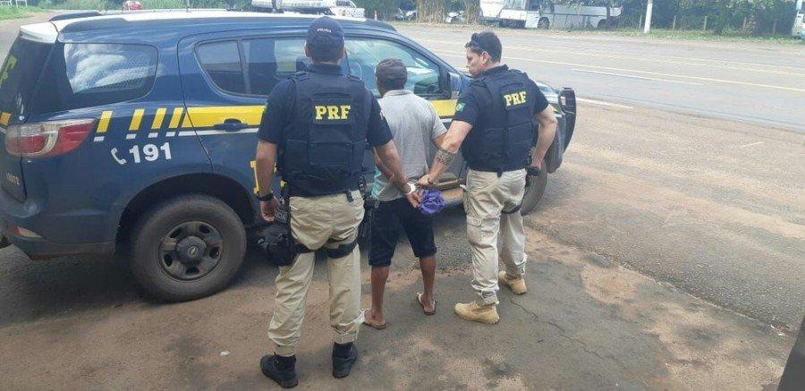 Homem suspeito de dar golpe durante compra de motocicleta foi preso na BR-226 em Darcinópolis (Foto: Divulgação/PRF)