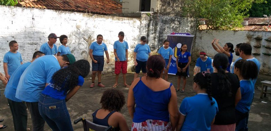 Alunos da Apae participando das atividades oferecidas pelos estagiários com acompanhamento de monitora (Foto: Divulgação /Ascom Unitins)