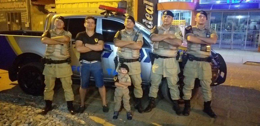 O aniversariante Pedro Isaque juntamente com o pai Josué Filho no momento da chegada da equipe de Força Tática do 9º BPM