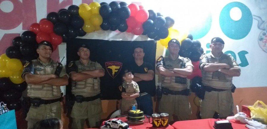 O aniversariante Pedro Isaque foi surpreendido pela Força Tática do 9º BPM em Araguatins, na festa de seu aniversário