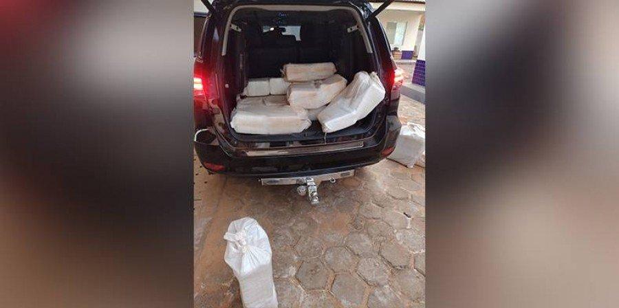 Os 155 pacotes de drogas estavam dentro de um carro estacionado na margem da BR-230 (Foto: Divulgação)