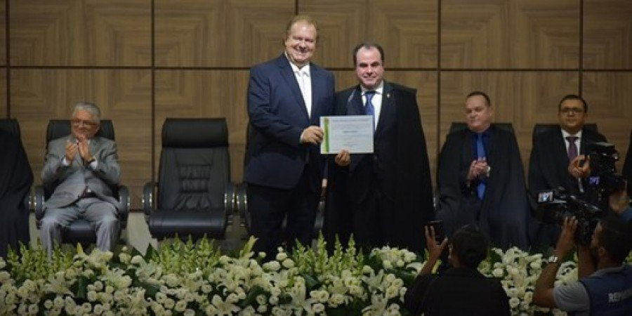 Presidente do TRE-TO, desembargador Marco Villas Boas entrega diploma ao governador eleito, Mauro Carlesse (Foto: Lucas Nascimento)
