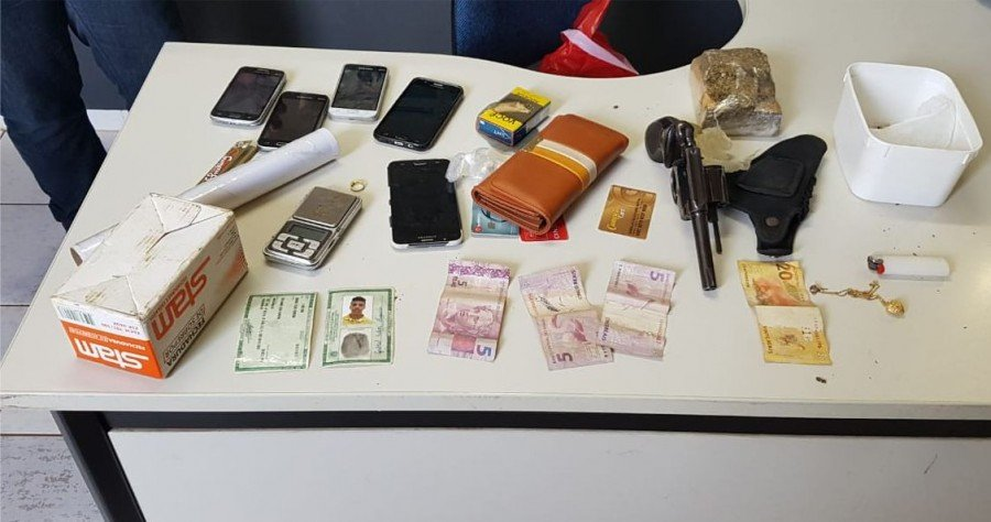 Drogas, equipamentos eletrônicos, dinheiro e uma arma de fogo foram apreendidos com a dupla