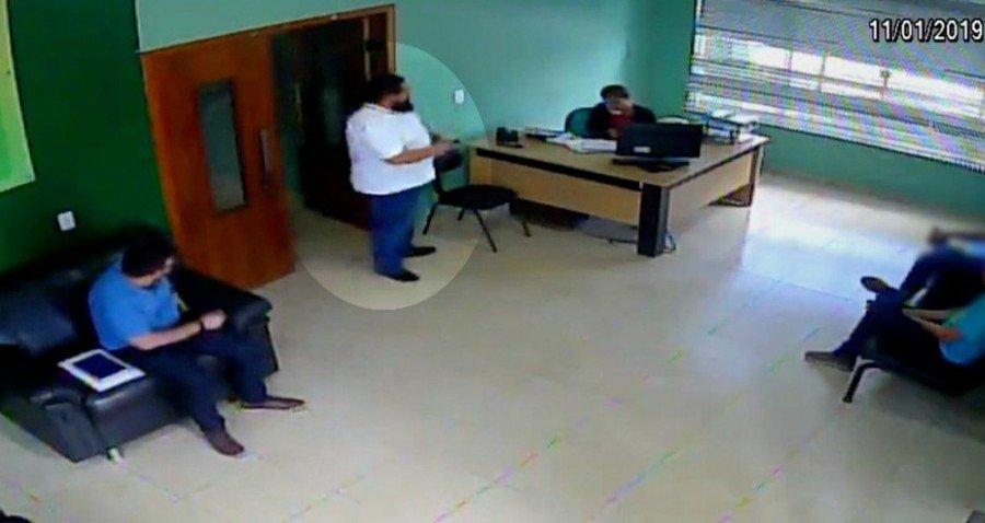 Câmera filmou o momento em que advogado esteve no trabalho de testemunha (Foto: Reprodução/TV Anhanguera)