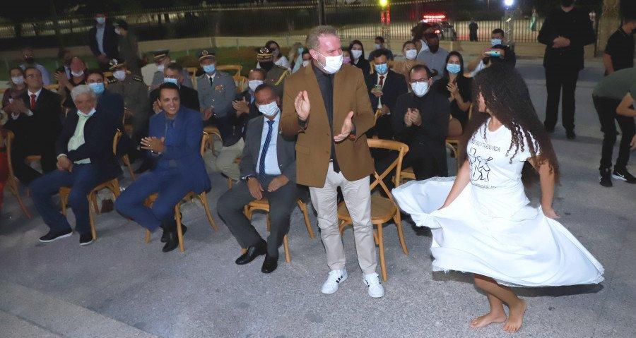 Governador Carlesse prestigiando apresentação de sússia durante evento (Foto: Esequias Araújo)