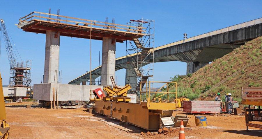 Cerca de 20% da obra de construção da nova ponte de Porto Nacional, ligando a região à BR-153, já foi executada (Foto: Luciano Ribeiro)