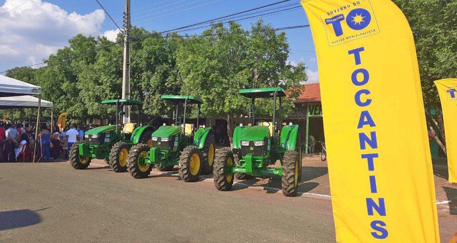 Na oportunidade, o Governo do Tocantins entregou 10 tratores a 10 municípios da região sul do Estado (Foto: Esequias Araújo)