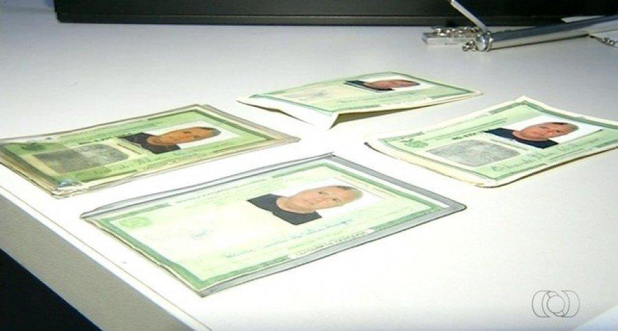 Homem foi preso com quatro documentos falsos (Foto: Reprodução/TV Anhanguera)