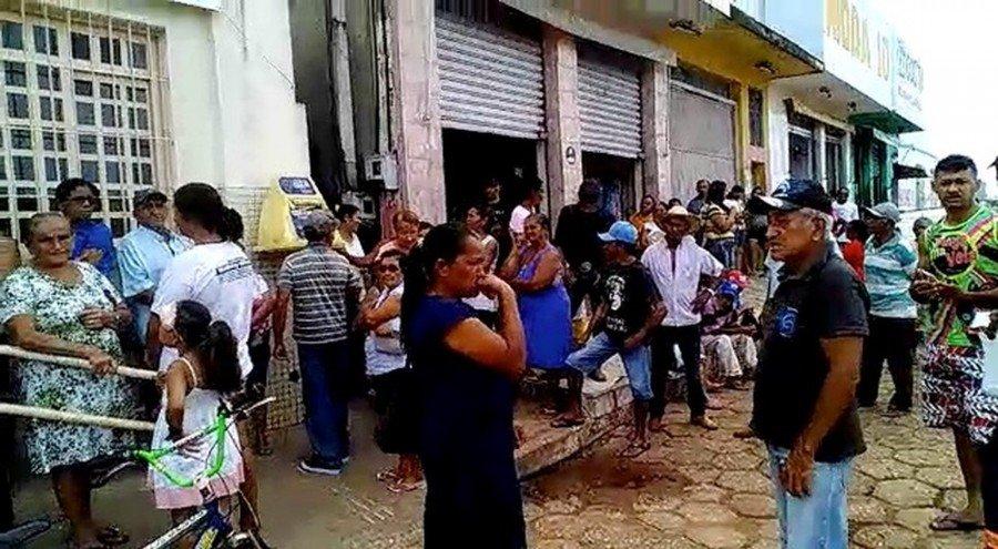 Moradores precisam esperar atendimento em fila nos Correios (Foto: Reprodução)