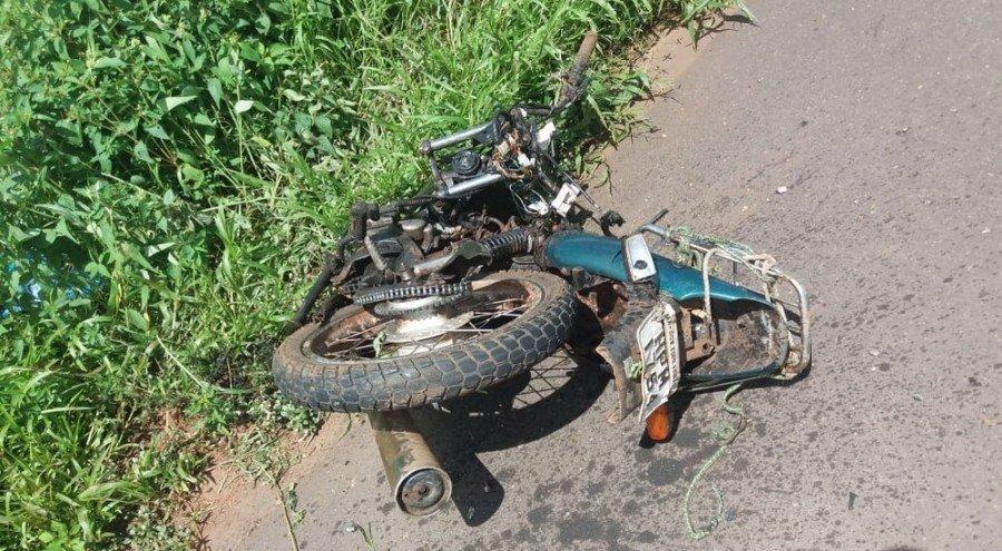 Após o acidente, motocicleta ficou completamente destruída na BR-010, entre os municípios de Porto Franco-MA e Estreito-MA (Foto: Divulgação/PRF)