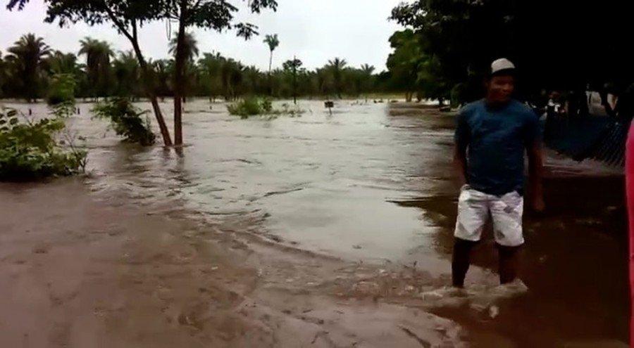 Balneário transbordou e deixou estradas interditadas em Riachinho (Foto: Divulgação)