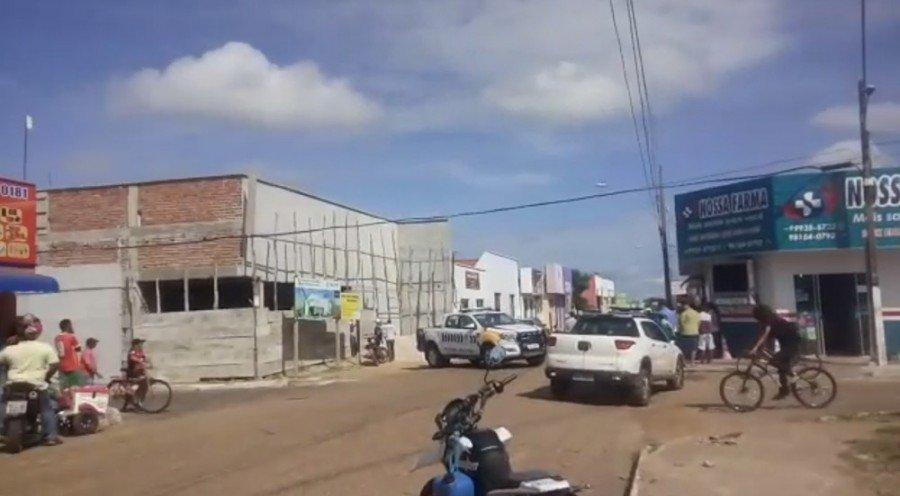 Polícia fechou a rua onde o banco fica localizado