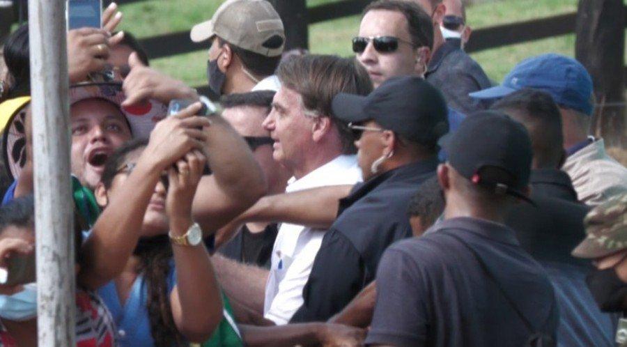 Sem máscara, Bolsonaro cumprimentou apoiadores com aglomeração em Novo Repartimento-PA (Foto: Reprodução / TV Liberal)