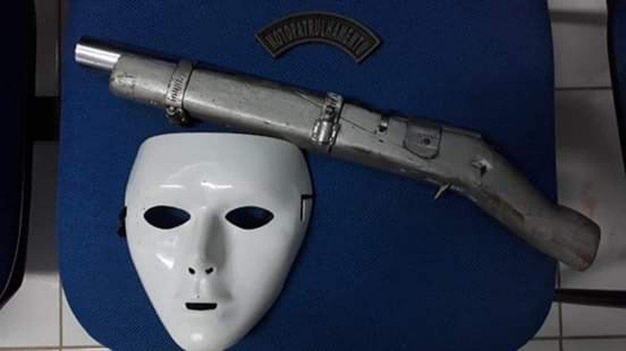 Com Fabrício, a PM encontrou uma arma de fabricação caseira e uma máscara
