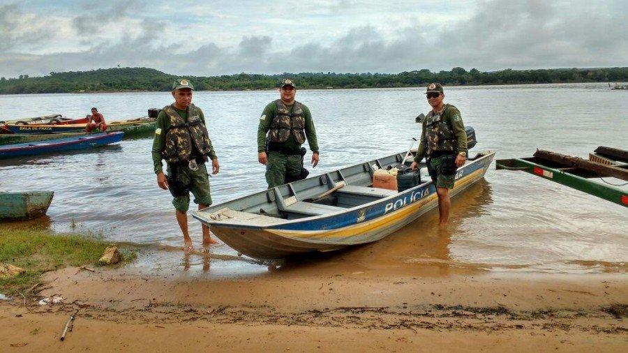 Policiais Militares durante patrulhamento aquático em Araguatins