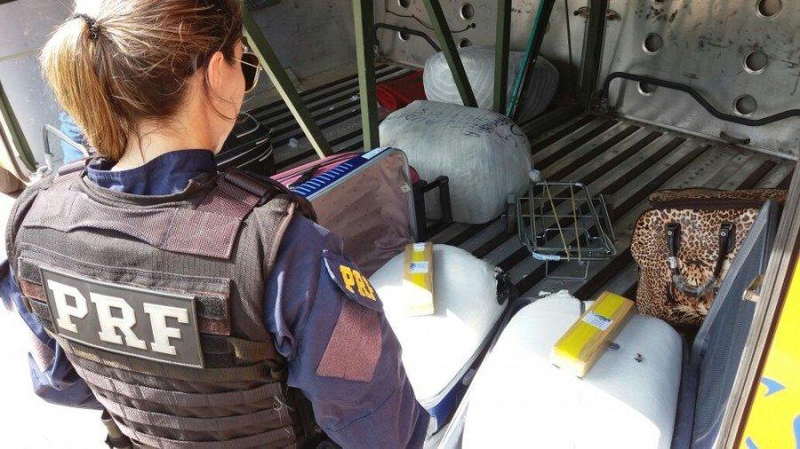 Droga foi encontrada dentro de bagageiro (Foto: PRF/Divulgação)