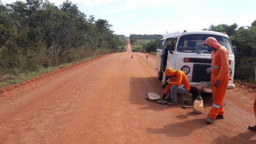Técnicos recolhem amostra para análise da nova base da rodovia onde foi incorporado os restos do asfalto velho na construção da nova base