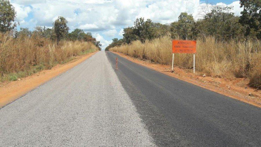 Em alguns lugares o trecho já teve sua base reconstruída e está recebendo a nova capa de asfalto