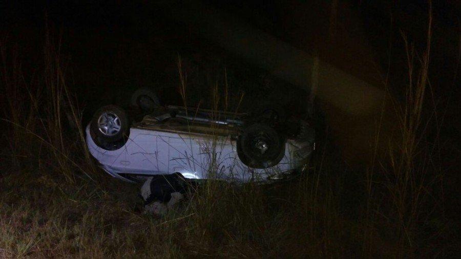 Carro da jovem capotou na TO-404 durante a madrugada (Foto: Divulgação/Corpo de Bombeiros)