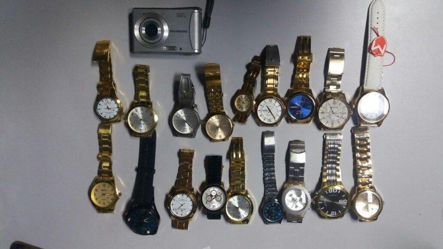 Relógios e máquina apreendida (Foto: Divulgação PMTO)