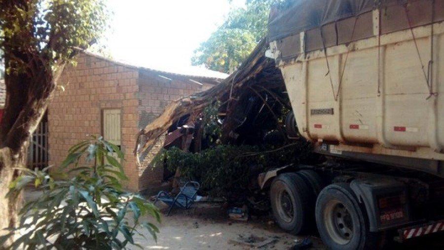 Caminhão invade casa em Xambioá (Foto: Divulgação)
