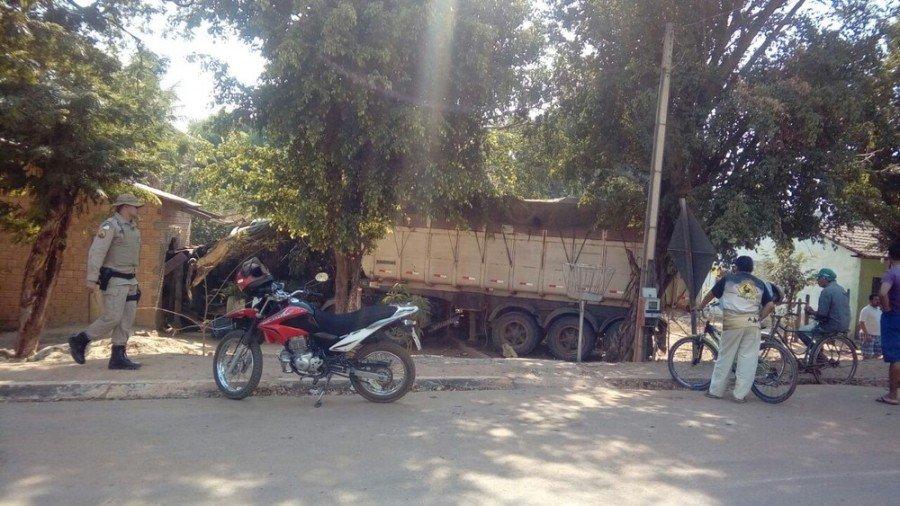 Idosa ficou ferida após caminhão invadir casa (Foto: Divulgação)