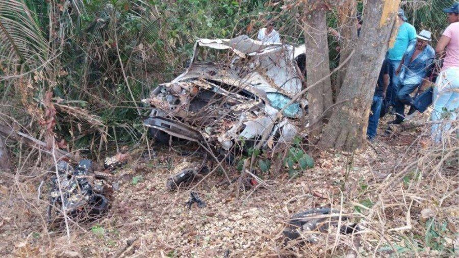 Motor do carro foi arrancado com a força da batida (Foto: Corpo de Bombeiros/Divulgação)