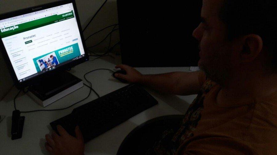 Os alunos podem assistir às aulas nas plataformas digitais como computador, tablet e até do celular (Foto: Emerson Silva)