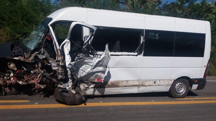 Taxista teria tentado uma ultrapassagem indevida e colidido de frente com esta van (Foto: Divulgação/PRF)