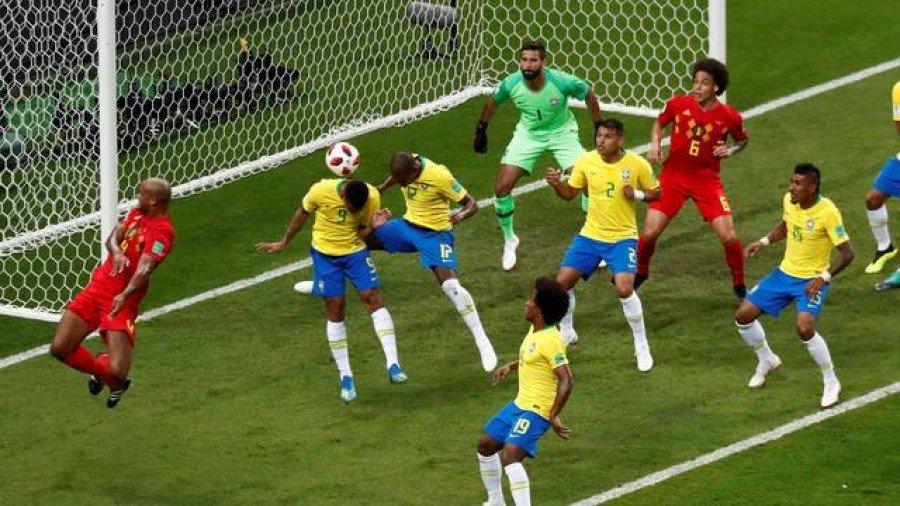 Fernandinho desvia e faz gol contra (Foto: Murad Sezer/Reuters)