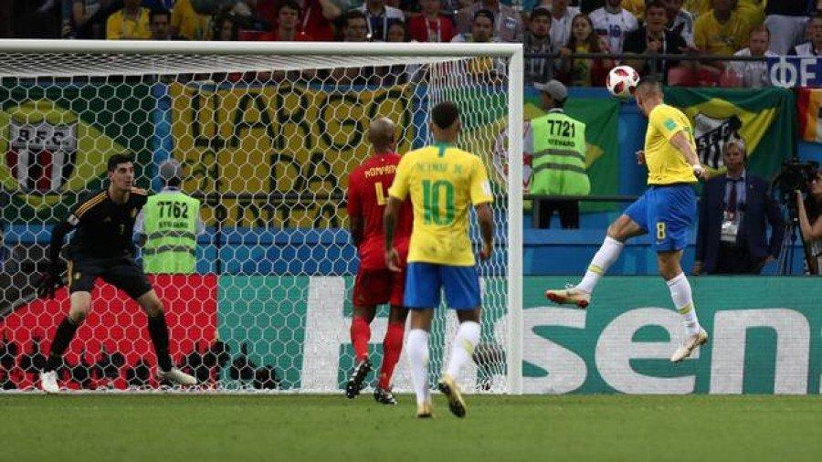 Renato Augusto cabeceia para fazer o gol do Brasil (Foto: Sergio Perez/Reuters)