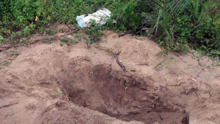 Segundo a Polícia Civil, ele teria agredido a própria mulher e preparado uma cova no fundo da casa deles para enterrá-la